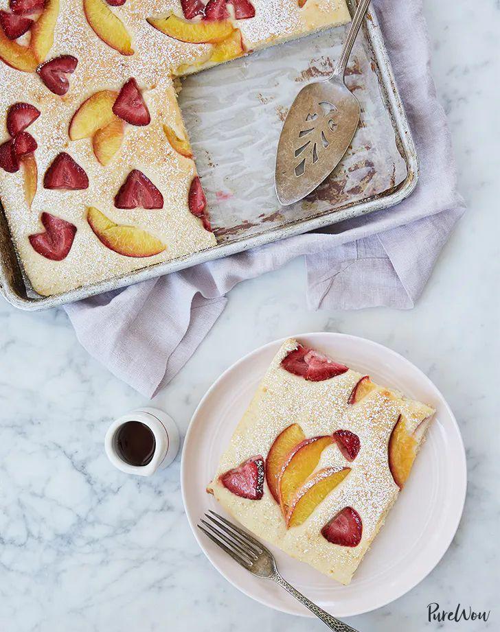 Gebackene Pfannkuchen mit Pfirsichen und Erdbeeren Rezept – PureWow
