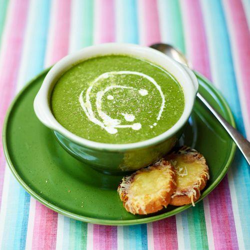 Verhit de boter, fruit de gesnipperde ui en knoflook. Roer de bloem erdoor en verhit. Voeg spinazie, zout en peper toe.