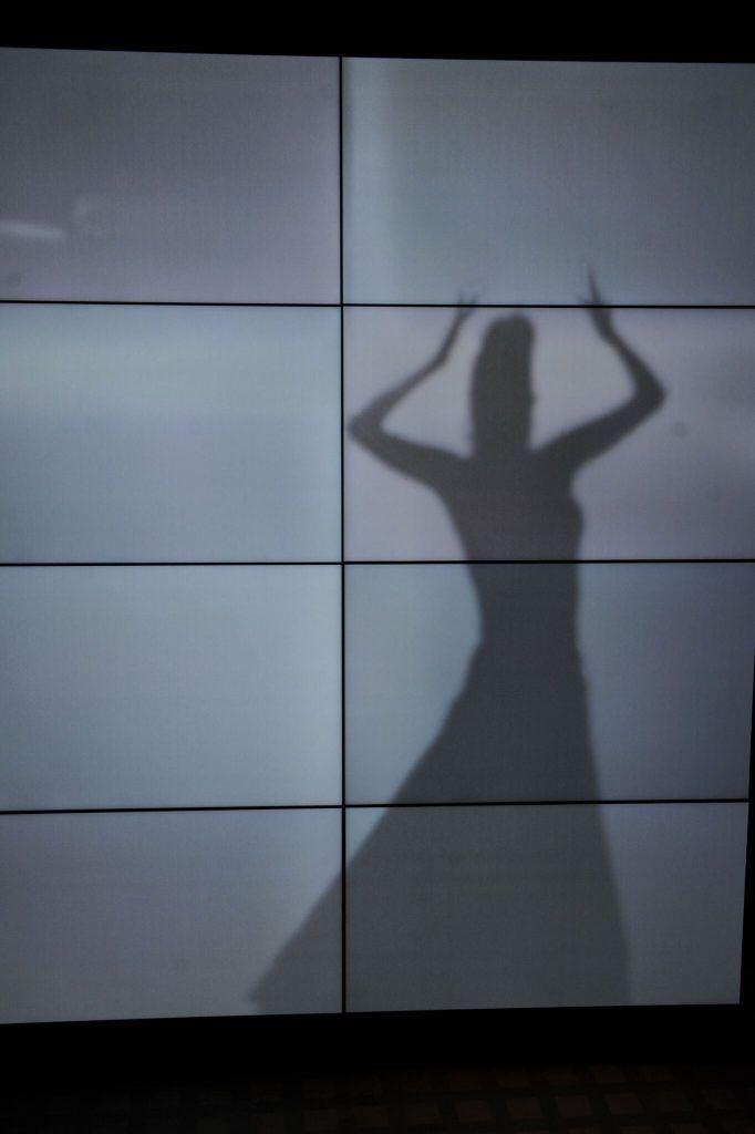 """Tatel miami. studio gronda . Sobre la pared principal, STUDIO GRONDA encargó a un director de cine a crear una pequeña película que muestra la intimidad de los ensayos de una bailarina de flamenco. Un marco negro rodea dicha proyección a modo de ventana por donde se """"espía"""" a la bailarina. #Miami #Ritz #luxury #restaurant #bar #Miami #decoration #shadow #light. Toda la info en 10deco.com"""
