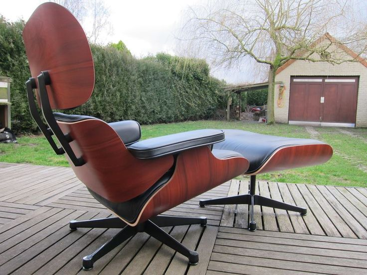 Who would think the Eames Lounge Chair replica by Barcelona Designs would work so wonderfully even as outdoor furniture!   #eamesloungechair #furniturereplica #charlesandrayeames #homedeor #interiordesigning #midcentury