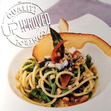 La ricetta di UP!: Spaghetti alla chitarra con acciughe e cimette di rape al panfritto