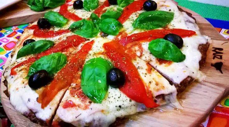 Pizza de albahaca, morrones y jamón en masa de carne
