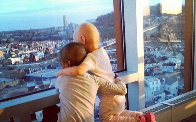 La foto delle due bimbe malate e amiche per sempre conquista il Web La loro foto tenere e abbracciate davanti ad una finestra nella loro stanza d'ospedale a Pittsburgh negli Stati Uniti, sta facendo il giro del Web. Si tratta di Madeline e Maliyah, le due bimbe grave #bimbemalate #bimbeamiche