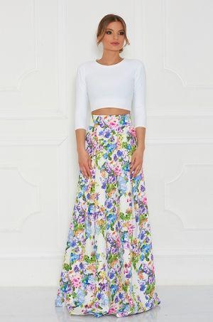 Maxi sukňa s kvetmi po celej dĺžke. Výrazná potlač, ktorá je posypaná kvetmi Vám zaručí neprehliadnuteľnosť na akejkoľvek spoločenskej udalosti. Zadná časť sukni s možnosťou rozopnutia na zips.