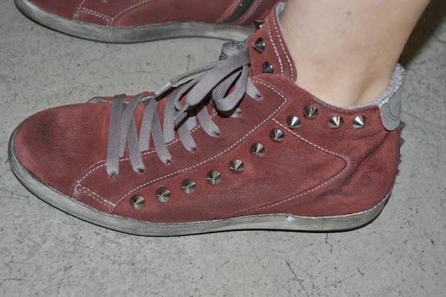 Sneakers borchiate in camoscio Cinti