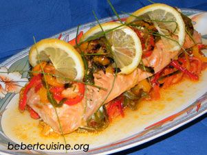 Filet de saumon aux 3 poivrons Préparation : 10mn 1 filet de saumon (400g environ) 1 poivron vert 1 poivron jaune 1 poivron rouge 1 citron jaune 50g de beurre huile d'olive brins de ciboulette sel fin piment doux