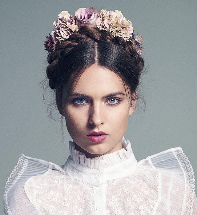 Un tocado con flores para la novia nos encanta esta propuesta romántica de @kevin.murphy.spain #trendencias #peinado #novia #wedding #weddinghair #recogido #tocado #beauty #belleza #makeup #hair #makeup