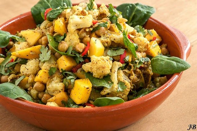 Kruidige salade van mango, bloemkool en kikkererwten