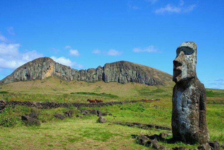 Moai en la parte exterior del cráter del Rano Raraku