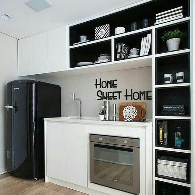 Ótima ideia fundo dos nichos preto para combinar com a geladeira ❤❤ @construindominhacasaclean Veja + no www.construindominhacasaclean.com Se você precisa de ajuda para decorar algum ambiente, solicite uma consultoria online com 3D pelo meu e-mail...