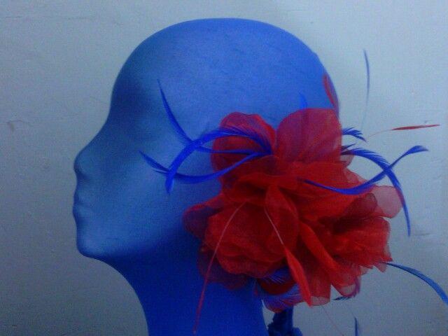 Flor en organza roja con biot azulona