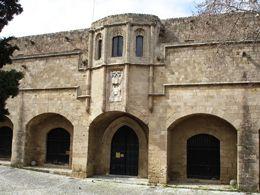 """La strada principale del Collachio (Via dei Cavalieri). Questa via ospitava le rappresentanze diplomatiche chiamate """"Alberghi delle Lingue"""", che sono dei piccoli palazzi. Ognuno ha il suo ingresso decorato con il proprio blasone, e sulle finestre si possono ammirare ulteriori decorazioni.   <3"""
