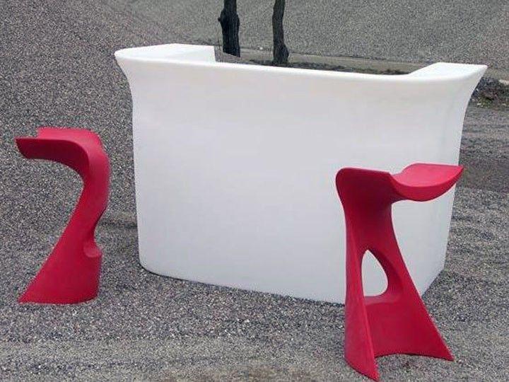 Bartheken und Barstühle aus Kunststoff werden Sie bei richhome in großer Auswahl finden. Die Theke ist mit Beleuchtung, was bei Abendstunden eine besondere Atmosphäre erzeugt.