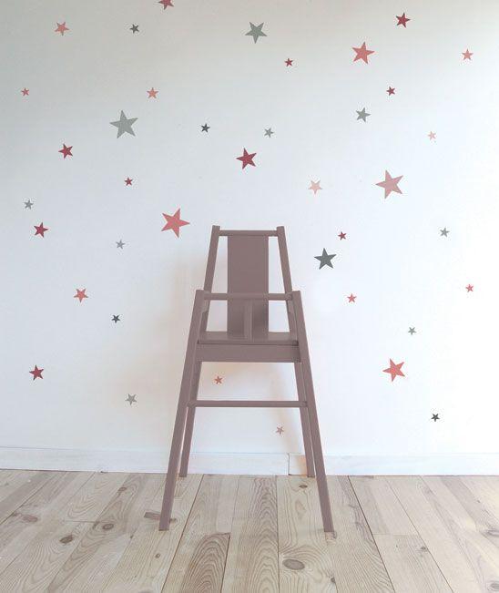 Adhesivos de estrellas de diferentes tamaños y colores. Ideales para dar un toque alegre a una habitación.: