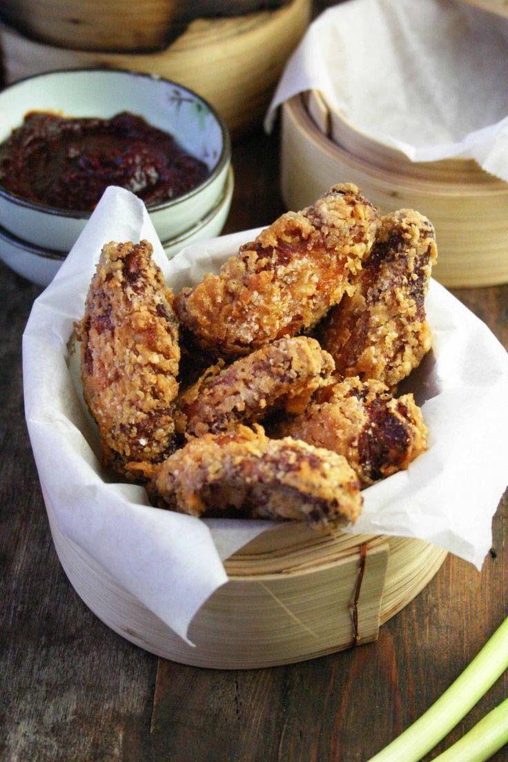 """Gefrituurde kip,yes please. En dezeKoreaanse gefrituurde kip (oftewel: yangnyeom dak) van de blogSESU chopsis nóg lekkerder. Sanne: """"Naast dat de kippenvleugels in een bad met karnemelk en gochujang (Koreaanse gefermenteerde peperpasta) moeten zwemmen, geef ik je ook een trucje om het krokante jasje ook echt krokant te krijgen. Hier heb je geen beslag voor nodig …"""