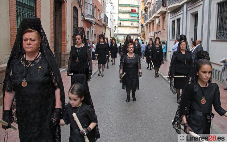 Tercio de mantillas por la calle Yanguas Messía, momentazo de esta Semana Santa de Linares 2015