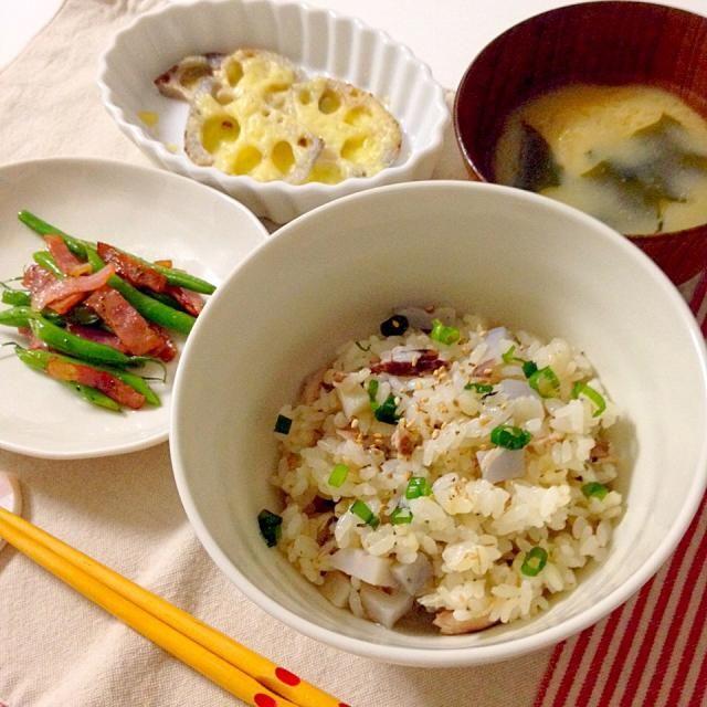 炊き込み御飯のお米は少しだけ大麦をブレンド毎回、炊き込み御飯は土鍋で炊きます。おこげができて美味しい✨✨ - 44件のもぐもぐ - 焼き秋刀魚とれんこんの炊き込み御飯・インゲンとベーコンのソテー・れんこんのチーズ焼き・お味噌汁(わかめ×揚げ) by accachan096Y1