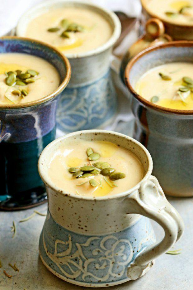 Polévka z pečeného česneku, pastináku a bílých fazolí