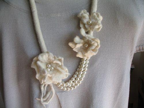 Collana in feltro e perle