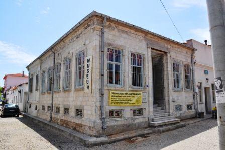 Bozcaada Yerel Tarih Müzesi, Çanakkale iline bağlı Bozcaada'da koleksiyoner Hakan Gürüney' tarafından oluşturulan 2005 yılında ziyarete açılmış bir müzedir. Bozcaada'nın yerel tarihini aydınlatacak her türlü obje ve evrak sergilenmekte olan koleksiyonda yer alır. #maximumkart #TürkiyeMüzeleri #Türkiyetarihi #Türkiye #müzehaftası #müze #müzelerhaftası #tarihieserler #tarihiyerler #Turkey #BozcaadaYerelTarihMüzesi #tarihmüzesi #Bozcaada #Çanakkale