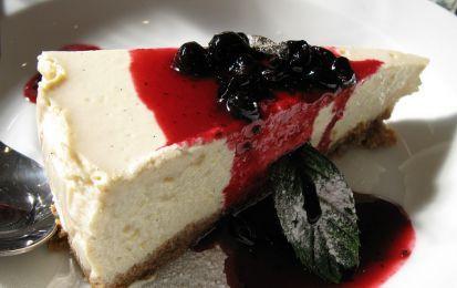 Cheesecake vegan: 3 ricette facili e veloci - Possiamo preparare delle cheesecake vegan molto gustosi. Vi proponiamo le ricette di quella al cacao, di quella al cocco e di quella alle ciliegie.