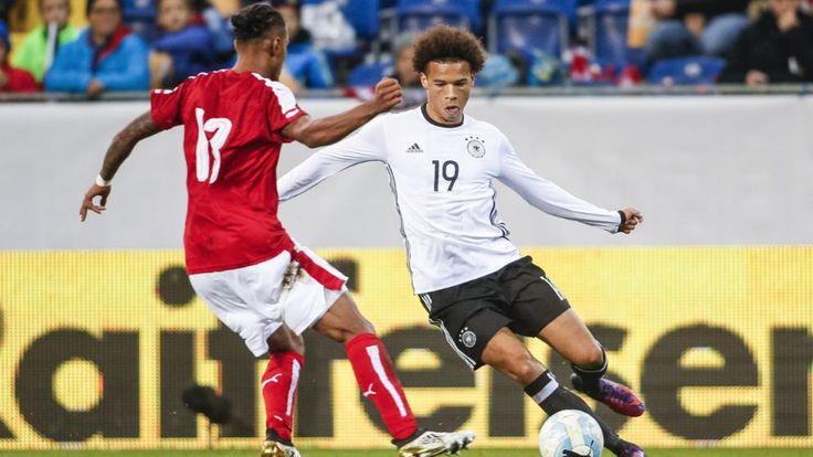 Leroy Sané (l./hier im Duell mit Österreicher Lazaro) steht bei Manchester City unter Vertrag