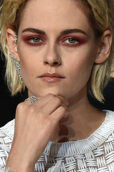 """Kristen Stewart Photos - US actress Kristen Stewart poses as she arrives on May 17, 2016 for the screening of the film """"Personal Shopper"""" at the 69th Cannes Film Festival in Cannes, southern France. / AFP / ALBERTO PIZZOLI - 'Personal Shopper' - Red Carpet Arrivals - The 69th Annual Cannes Film Festival"""