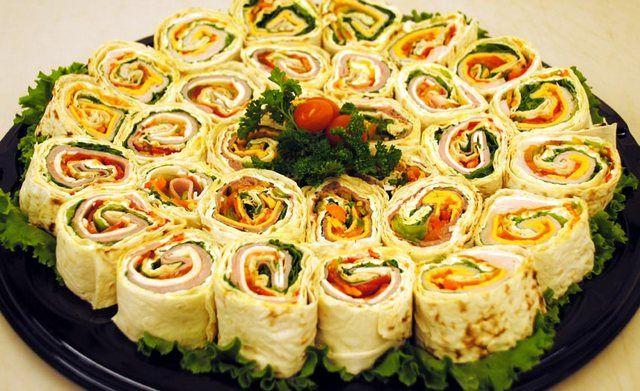 Necesar: Lipie Umpluturi: Brânză (200 g), 2 cățeide usturoi, sare, verdeață și puțină maioneză. Crab stick-uri (1 cutie), 1 ou fiert, cașcaval ras, 2 căței de usturoi, maioneză și verdeață. Ciuperci champignon prăjite cu ceapă, 1 cutie de brânzătopită. Dacă vă place gustul puțin mai acrișor, atunci puteți adăuga castraveți murați tăiați mărunt. Brânză, usturoi, …