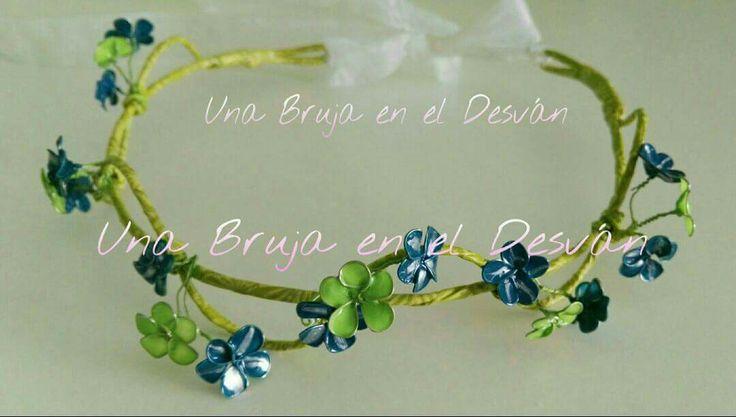 """COLECCIÓN TOCADOS Hoy un Hada ha venido a visitarme, se ha probado esta tiara y yo la he puesto su nombre. Tiara """"HADA DEL BOSQUE"""" ¿Crees en la magia?..... Pieza elaborada en alambre forrado con adorno de flores en verde y azul con técnica de lacado. Cierre con lazo de cristal-seda blanco. Diseño y creación completamente artesanal de la mano de Montse El Desván Creativo de Brujita."""