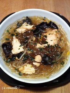 Ça croustille !: SOUPE CHINOISE SAVOUREUSE 1 litre d'eau - 1 cube de bouillon de poule - 1 petite escalope de dinde ou de poulet (80 g environ) - 7 beaux morceaux de champignons noirs déshydratés (au rayon produits asiatiques) - 1 paquet de 100 g de vermicelles de soja (idem) - 2 poignées de pousse de soja soit environ 50 g (idem) - 3 cuil. à soupe de sauce soja (idem) - 4 cuil. à café d'huile de sésame (idem) - 1 poignée de coriandre fraîche ou  1 cuil. à café de coriandre surgelée par…