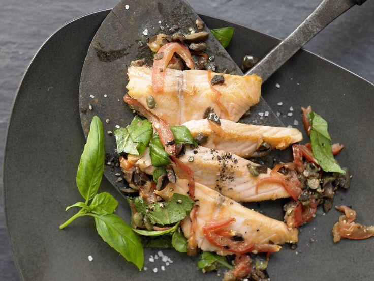 Lachsfilet auf Tomatengemüse - mit schwarzen Oliven und Basilikum - smarter - Kalorien: 407 Kcal - Zeit: 20 Min. | eatsmarter.de Tomate und Lauch – mehr braucht es nicht.