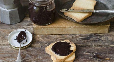 Come preparare la nutella light, una versione più leggera della famosa crema inimitabile da spalmare sulle fette di pane fresco e gustare a colazione.