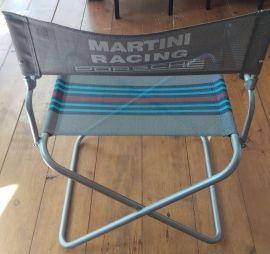 PORSCHE STRANDSTOEL MARTINI RACINGOpvouwbare ;strandstoel met grijs geverfd stalen frame en dikke schuim armleuningen .Grote MARTINI RACING ;print op de rugleuning en ;MARTINI RACING strepen op de zitting. Stof is voorzien van UV-bestendig ;materiaal ;om verkleuren tegen te gaan.Afmetingen: Breedte: 56 cm ;Diepte: 54 cm Hoogte ;82 cm ; ; ; ; ;