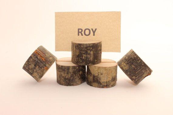 Set di 10 titolari di carta di nozze.  Questi titolari di carta sono di dimensioni perfette per contenere: -carte da tavolo -i numeri della tabella -Foto -Schede di menu -segni ecc.  Titolari di carta sono fatti di rami di alberi diversi (nocciola, susino, capra salice, ontano, frassino, betulla ecc). Secchi e tagliatele a pezzi.  Titolari di carta in legno è di circa: 1,2 - 2,8 pollici / 3-7 cm di diametro 1,2 pollici / spessore 3 cm  Gap in alto a sinistra le misure circa: 0,6 pol...