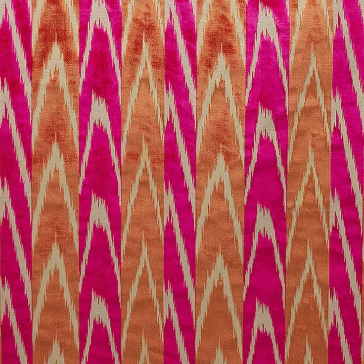 Prezioso velluto jacquard tessuto artigianalmente su telai a bacchetta. Il telaio è dotato di lame che creano il pelo del velluto tagliando in sequenza i riccioli. Il pelo è di cupro, un filato luminoso come la seta. Il motivo, su un fondo di tela di cotone, è ispirato alla tradizione persiana e presenta i contorni sfumati tipici dei tessuti ikat.