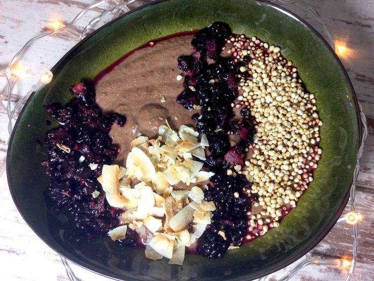 Schokoladen-Dinkelgriesbrei mit Joghurt - eine gesunde Frühstücksidee mit dunklem Kakaopulver, ungesüßter Mandelmilch, Xucker light und Skyr Joghurt.