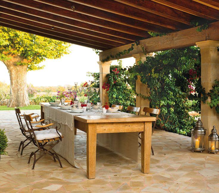 Comedor bajo el porche con mesas y sillas de madera_00323904