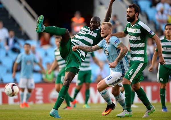 Celta Vigo's Swedish forward John Guidetti (C) vies with Panathinaikos' Congolese defender Christopher Samba (L) and defender Giorgios Koutroumbis during the Europa League Group G football match RC Celta de Vigo vs Panathinaikos FC on September 29, 2016. / AFP / MIGUEL RIOPA