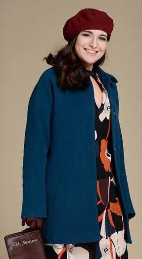 Синее пальто, вишневое платье, синий берет, коричневые сапоги