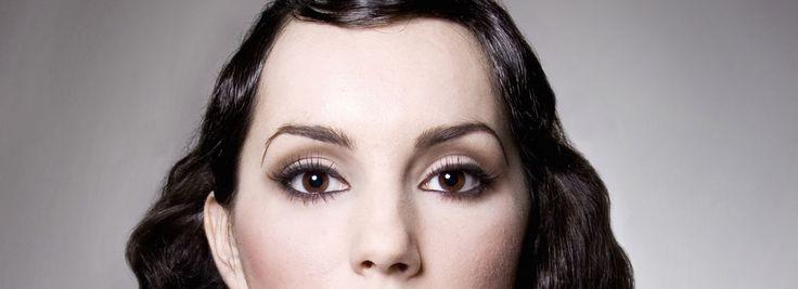 La forme des sourcils est variables d'un individu à l'autre ! Ronds, courbes, droits, angulaires, ailés, arqués, triangulaires, cassés, fournis, rares … mais elle se répercute sur tout le visage. C'est la raison pour laquelle on peut la modifier en l'adaptant à la forme du visage.