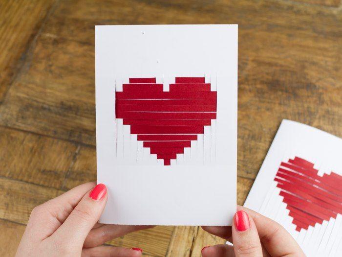 Eine Karte aus dem Kiosk zum Valentinstag verschicken? - Auf keinen Fall! In diesem Jahr basteln wir selbst eine Karte und schwimmen nicht mit der Strömung. Unsere Lieben bekommen eine Karte mit einem gewebten Papierherz nach der Idee von Eva vom Blog Eva in Berlin.