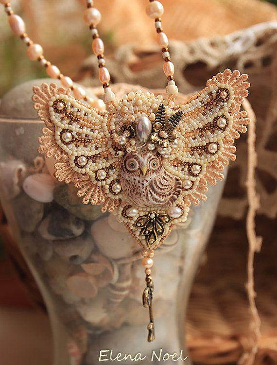 Collana con gufo e perle dacqua dolce belle, raccordi di bronzo, bronzo chiave, perle Swarovski -Unico lavoro in un unico pezzo. -100% handmade.  Arte del ricamo di perline