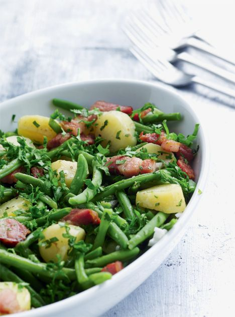 Varm bønne og kartoffelsalat med bacon og vinaigrette (Recipe in Danish)
