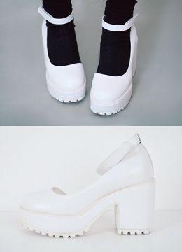 Today's Hot Pick :チャンキーヒールメリージェーン http://fashionstylep.com/SFSELFAA0014984/coiija/out 合成皮革素材を使った厚底メリージェーンシューズです。 中央のストラップベルトは取り外しが可能です。 チャンキーヒールと真ん丸いつま先がポイントに! レッドカラーとブラックカラーはてかりのあるエナメル素材を ホワイトカラーはマットなレザーを使いました。