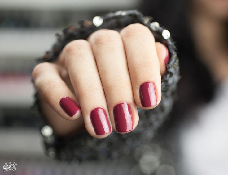 Γγρ│ de la couleur marsala sur les ongles pour être en accord avec son temps.