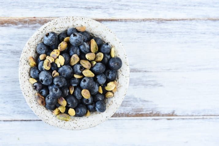1 cup blueberries with 20 raw, unsalted pistachios (40 for men).166 calories, 6.5 g fat (0.8 g saturated fat), 25 g carbohydrate (5.4 g dietary fiber, 16.0 g sugars), 4 g protein, 104 mg sodium, 0 mg cholesterol