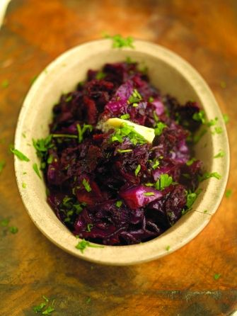 Must-try red cabbage braised with apple, bacon and balsamic vinegar, the perfect side dish for this years #Christmasdinner