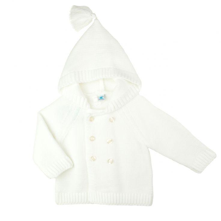 Fijn gebreid wit baby jasje van het Spaanse babykleding merk Pangasa. Het jasje heeft een double-breasted sluiting een een capuchon.