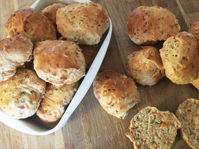 I eftermiddags bagte jeg disse virkelig gode gulerods/solsikke boller. Som er et hit både som morgenbrød og som gnavebrød til formiddag/eftermiddag til alle aldre. Super dejlige at have med i madpakken fx til eftermiddagen.  Til ca. 15 boller skal du bruge :   25 gram gær – 25 gram flyde....