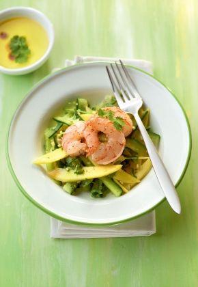 Thaise salade met komkommer, mango en scampi met citroengras